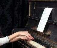 El jugar de la música del piano del músico del pianista Fotos de archivo libres de regalías