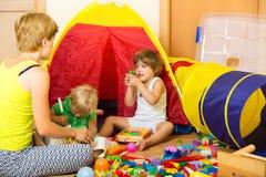 El jugar de la madre y de los niños Fotografía de archivo libre de regalías
