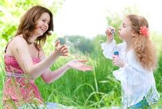 El jugar de la madre y del duaghter Foto de archivo libre de regalías