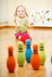 El jugar de la muchacha del niño imagen de archivo