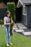 El jugar de la muchacha y del gato Imágenes de archivo libres de regalías