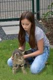 El jugar de la muchacha y del gato Imagen de archivo libre de regalías