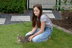El jugar de la muchacha y del gato Foto de archivo libre de regalías