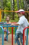 El jugar de la muchacha y del muchacho Fotografía de archivo