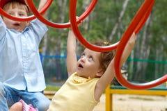 El jugar de la muchacha y del muchacho Foto de archivo libre de regalías