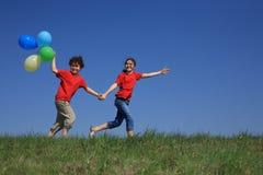El jugar de la muchacha y del muchacho al aire libre Imagen de archivo