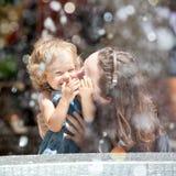 El jugar de la mujer y del niño Foto de archivo libre de regalías