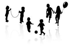 El jugar de las muchachas y de los muchachos de la silueta Imagen de archivo