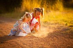 El jugar de las pequeñas hermanas foto de archivo