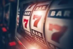 El jugar de los juegos de la ranura del casino stock de ilustración