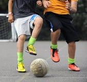 El jugar de los muchachos footbal Fotografía de archivo libre de regalías