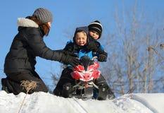 El jugar de los niños al aire libre durante invierno Imágenes de archivo libres de regalías