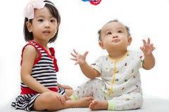 El jugar de los niños chinos asiáticos Imagen de archivo libre de regalías