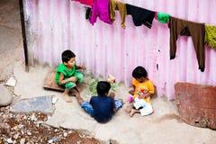 El jugar de los niños de los tugurios imágenes de archivo libres de regalías