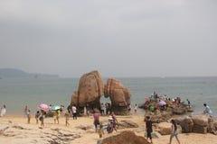 El jugar de los visitantes en parque de la playa Foto de archivo