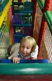 El jugar de niño feliz en el centro del juego de niños Fotografía de archivo libre de regalías