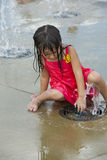 El jugar de niños en un parque del suministro de agua juega la tierra Fotografía de archivo libre de regalías