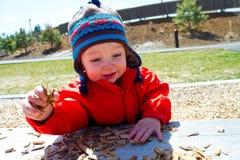 El jugar de un año en el parque Foto de archivo