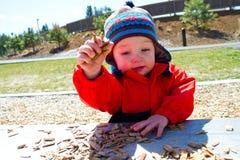 El jugar de un año en el parque Foto de archivo libre de regalías
