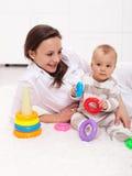 El jugar del bebé y de la madre Fotos de archivo