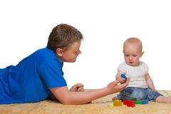 El jugar del hermano mayor y del bebé Fotos de archivo