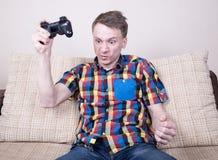 El jugar del hombre joven Imagenes de archivo