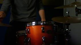 El jugar del hombre tambores almacen de metraje de vídeo