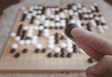 El jugar del hombre va juego de mesa Imágenes de archivo libres de regalías