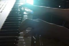 El jugar del instrumento musical del piano del músico del pianista Fotografía de archivo