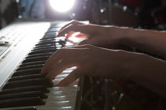 El jugar del instrumento musical del piano del músico del pianista Imagen de archivo libre de regalías