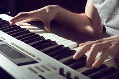 El jugar del instrumento musical del piano del músico del pianista Foto de archivo libre de regalías