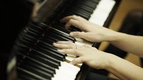 El jugar del jugador de Piyano; ascendente cercano del steadicam metrajes