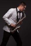 El jugar del jugador de saxofón Imagen de archivo libre de regalías