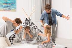 El jugar del libro y de los niños de lectura del papá Imagen de archivo libre de regalías
