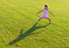 El jugar del niño al aire libre Fotos de archivo