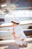 El jugar del niño pequeño al aire libre en el embarcadero Foto de archivo libre de regalías