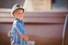 El jugar del niño pequeño al aire libre en el embarcadero Imágenes de archivo libres de regalías