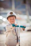 El jugar del niño pequeño al aire libre en el embarcadero Imagen de archivo