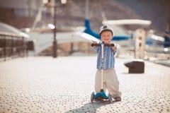 El jugar del niño pequeño al aire libre en el embarcadero Fotografía de archivo