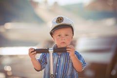El jugar del niño pequeño al aire libre en el embarcadero Fotos de archivo