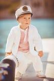 El jugar del niño pequeño al aire libre en el embarcadero Imagen de archivo libre de regalías