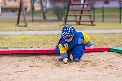 El jugar del niño pequeño al aire libre en patio de la ciudad Fotografía de archivo libre de regalías