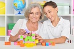 El jugar del nieto y de la abuela Foto de archivo