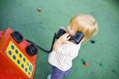 El jugar del niño del teléfono Fotos de archivo libres de regalías