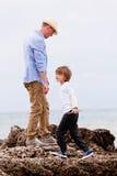 El jugar del padre y del hijo al aire libre el verano de la playa Imagenes de archivo