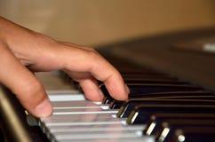 El jugar del piano imagen de archivo