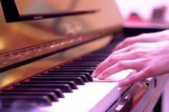 El jugar del piano imagen de archivo libre de regalías