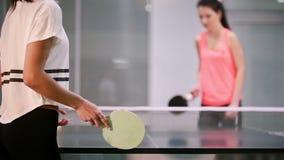 El jugar del ping-pong Turnos de la mujer joven la bola El jugar metrajes