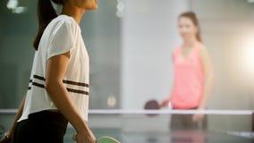 El jugar del ping-pong Turnos de la mujer joven la bola almacen de video