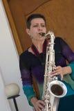 El jugar del saxofón Fotos de archivo